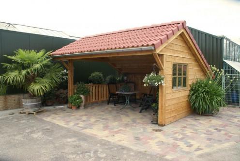 Tuinhuisje met groen dak
